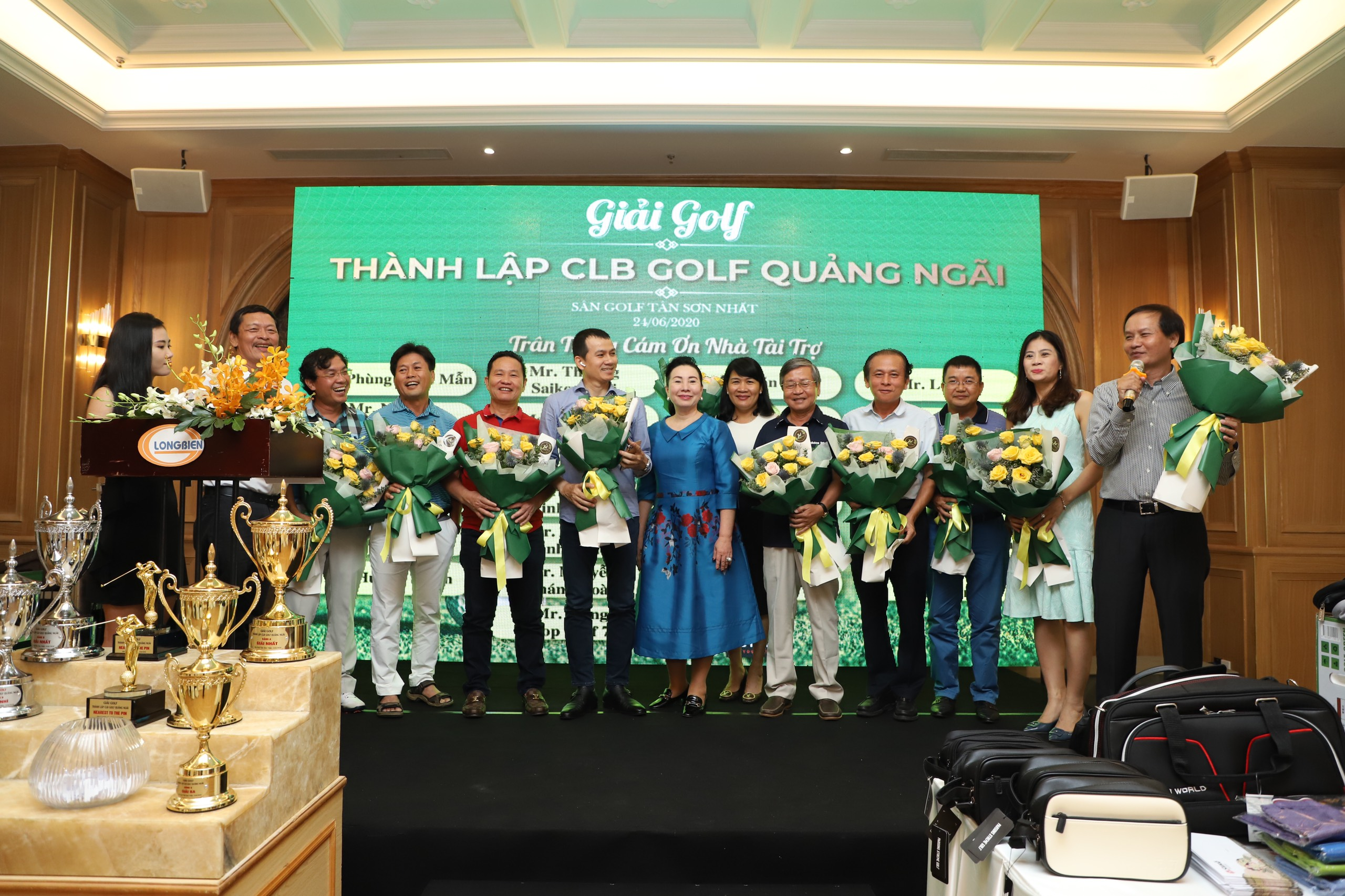 Các thành viên Ban chấp hành ra mắt CLB và nhận hoa chúc mừng