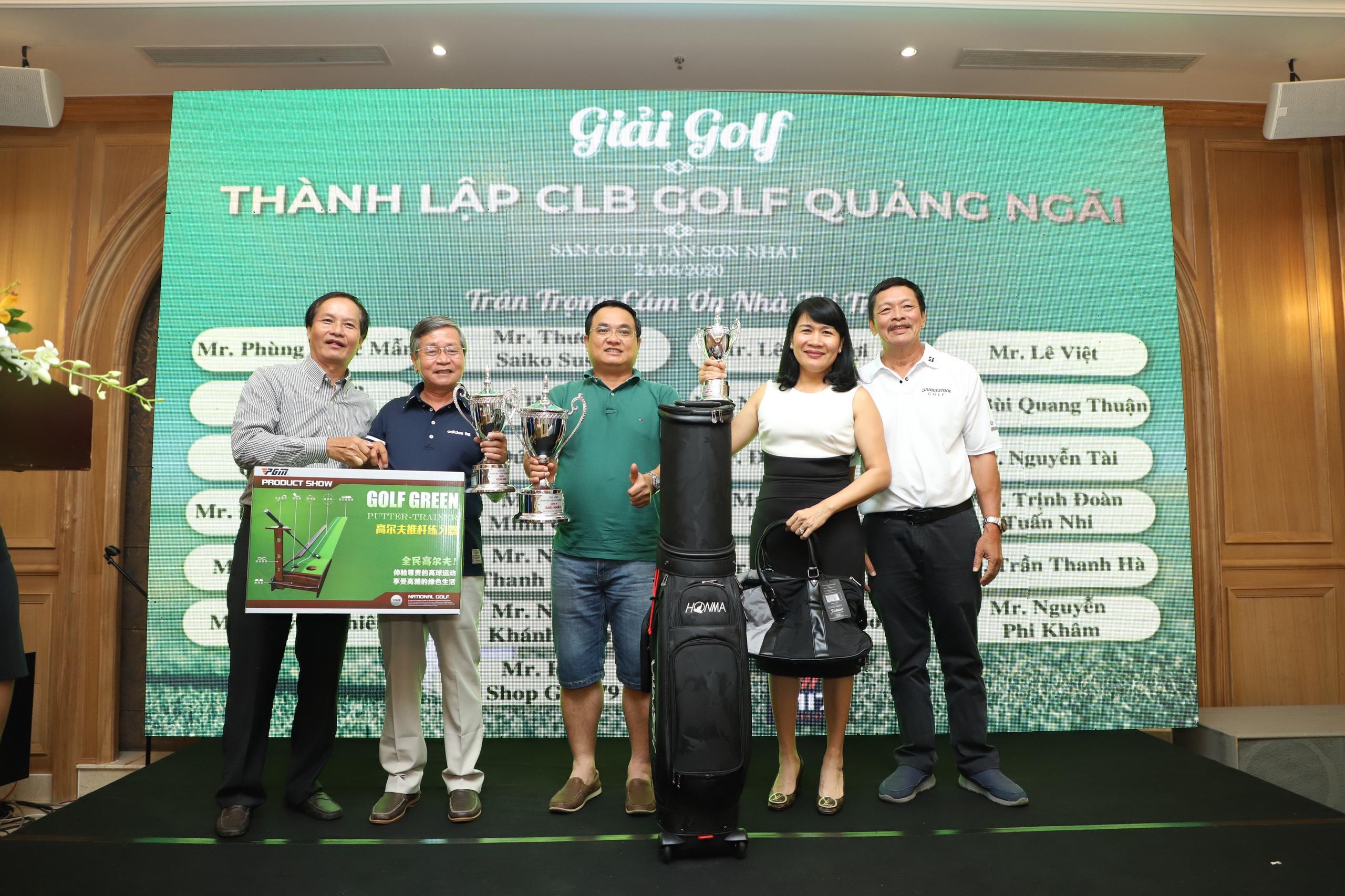 Ban tổ chức trao giải cho các Golfer
