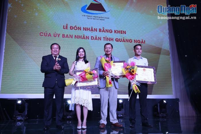 Dương Thị Kim Liên đại diện CLB sinh viên Quảng Ngãi tại TP.HCM nhận bằng khen của UBND tỉnh Quảng Ngãi.
