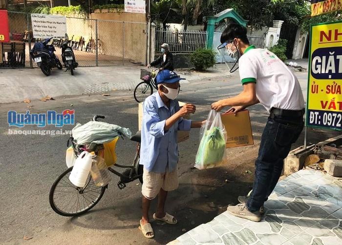 Trao quà cho người lao động nghèo Quảng Ngãi ở TP.HCM bị ảnh hưởng bởi dịch Covid- 19.