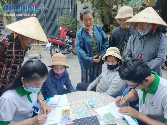 BTC đi đến tận nơi để tìm hiểu, trao vé xe cho người nghèo Quảng Ngãi ở TP.HCM về quê đón Tết Tân Sửu.