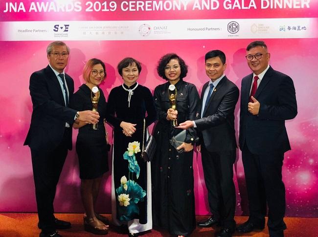 Chủ tịch PNJ Cao Thị Ngọc Dung tại lễ trao giải thưởng JNA Awards