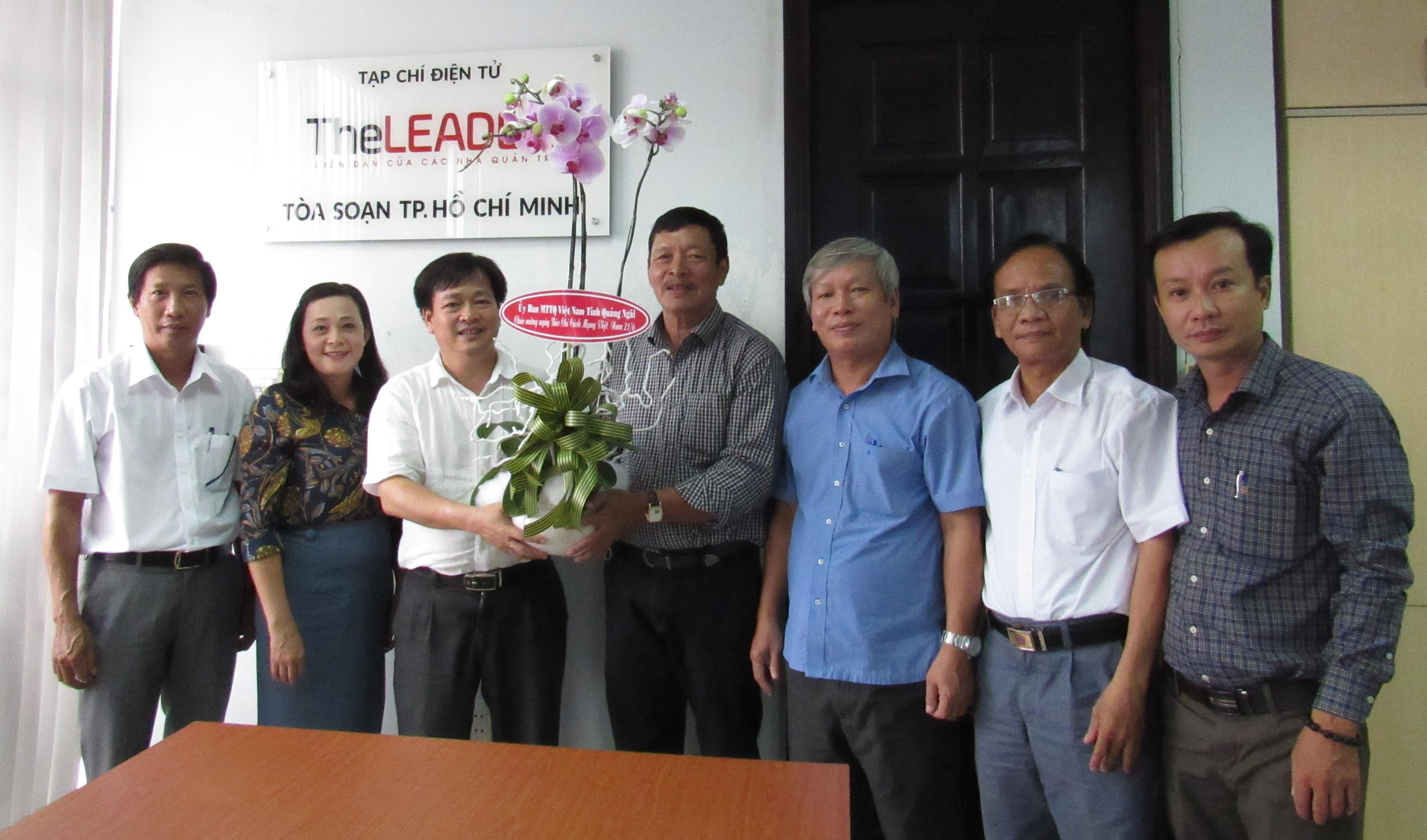 Ông Nguyễn Cao Phúc, Trưởng đoàn tặng hoa cho Nhà báo Quốc Vĩnh.