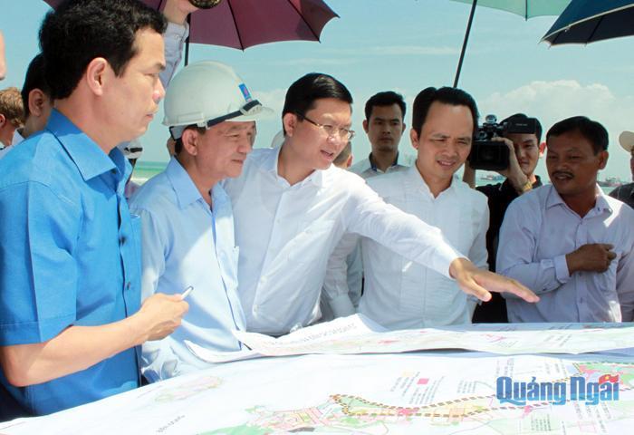 Lãnh đạo tỉnh và Tập đoàn FLC đi khảo sát vị trí đầu tư dự án tại huyện Bình Sơn trong năm 2018.