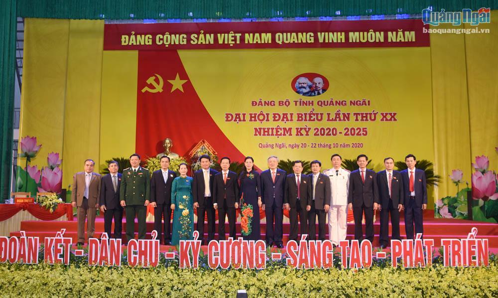 Các đồng chí lãnh đạo Đảng, Nhà nước chụp hình lưu niệm với các đồng chí vừa được bầu Ban Thường vụ Tỉnh ủy khóa XX, nhiệm kỳ 2020 – 2025