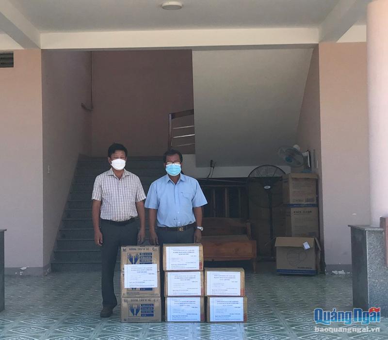 Trạm y tế xã Phổ Khánh (TX.Đức Phổ) tiếp nhận găng tay và khẩu trang y tế