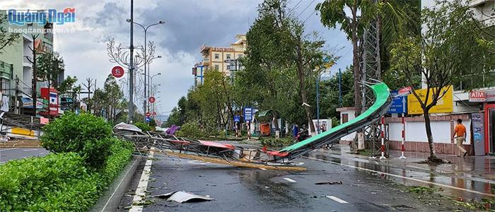 Cổng chào trên đường Lê Lợi bị bão làm ngã đổ