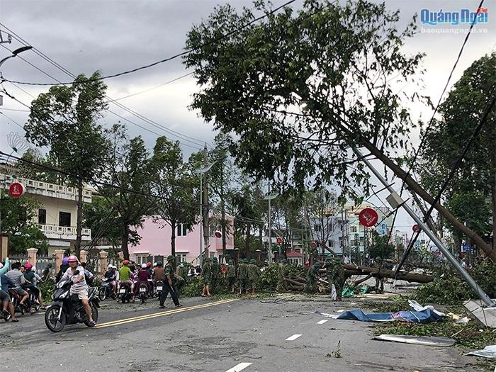Lực lượng quân đội tham gia dọn dẹp đường phố