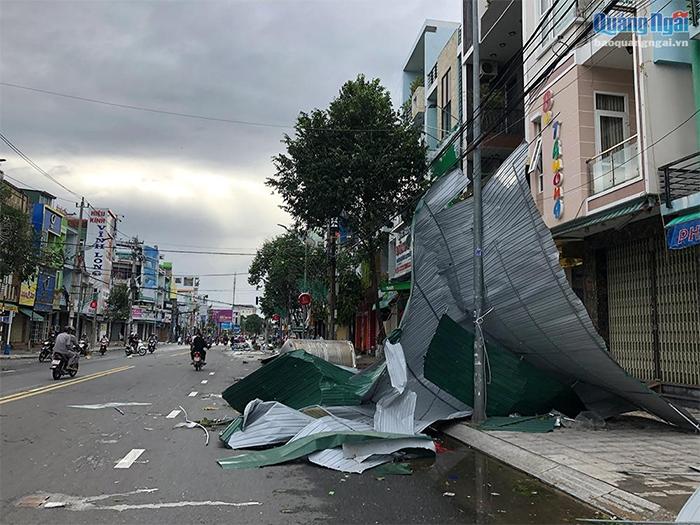 các tấm lợp tôn bị gió cuốn bay ngổn ngang trên đường phố